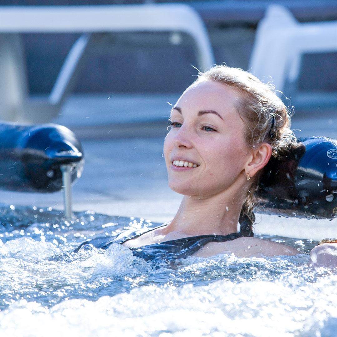 Entrée Aqualudique piscine aquamotion courchevel natation nager se détendre toboggan enfant s'amuser rire jouer