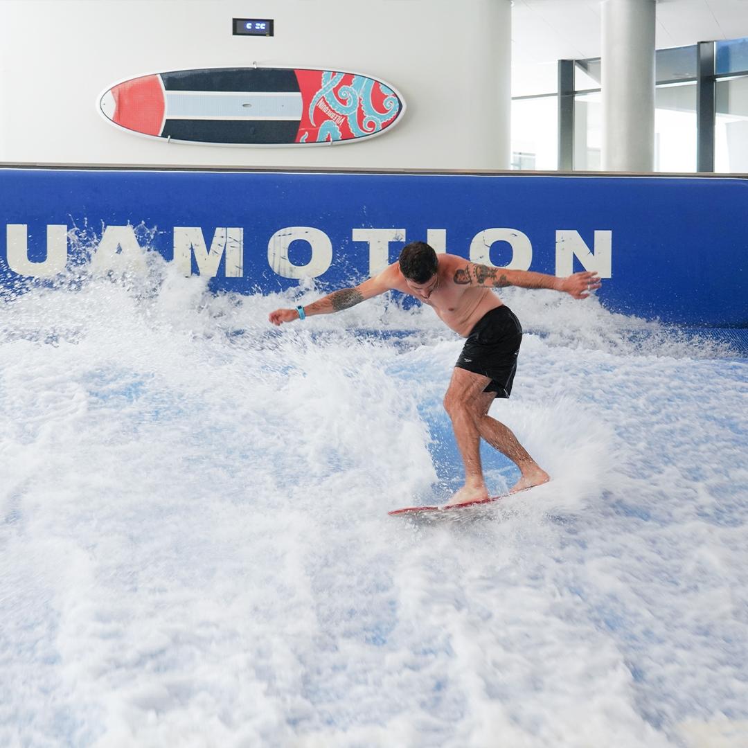 Surf Indoor glisse eau découverte wake-board body-board s'amuser se défier s'amuser sport intense extrème vague intérieure